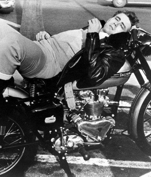 Vieilles photos (pour ceux qui aiment les anciennes photos de bikers ou autre......) - Page 2 James-Dean-e-sur-sa-moto-Triumph