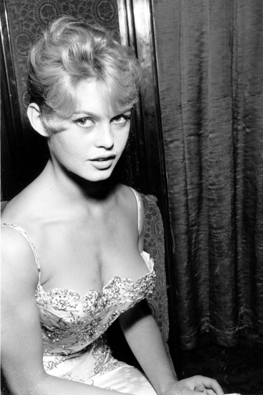 les plus belles photos de Brigitte Bardot.Brigitte Bardot très jeune et  déjà tellement femme 4b50513b960