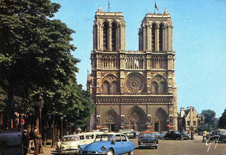 NOTRE-DAME-DE-PARIS-esplanade.jpg