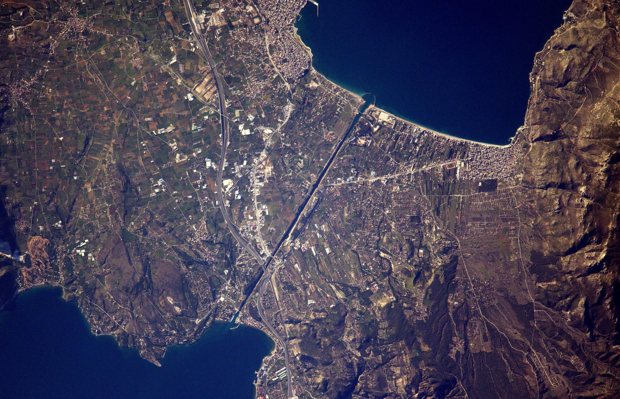 https://www.photogriffon.com/photos-du-monde/BEST-100-PICTURES-OF-EARTH-of-Thomas-Pesquet-ISS-ESA-NASA/big/Canal-de-Corynthe-vue-aerienne-vue-espace-Copyright-Thomas-Pesquet-ESA-NASA.jpg